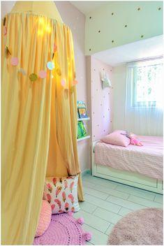חדר מקסים ונעים לילדה מתוקה בת 3 כילה ופינת רביצה גוונים של ורוד וזהב