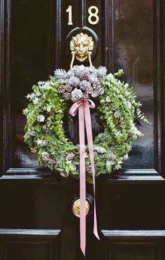 Holiday Wreaths: 6 Charming Ways to Decorate with Them! Wreaths are one of my favorite Christmas decorations! They are charming and modern at the same time, and they bring holiday cheer anywhere you put them! London Christmas, Noel Christmas, Winter Christmas, All Things Christmas, Christmas Crafts, Christmas Ornaments, Green Christmas, Outdoor Christmas, Natural Christmas