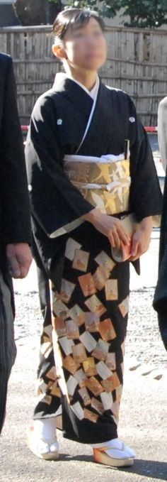 Tomesode (留袖?) is a type of kimono. It is an expensive formal dress worn by married women. Kuro tomesode (black tomesode) worn at a wedding ceremony. Face blurred for privacy. (黑留袖) by Nesnad. Kuro-tomesode (black tomesode) are often worn for wedding ceremonies by married female relatives of the bride or groom. The eri, obijime and obiage are always white, and the obi matches the colourful pattern of the kimono to signify a happy occasion. It is believed that the black colour is to match the…