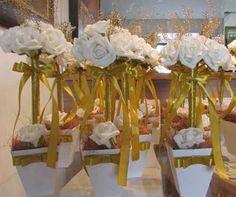 com flores brancas