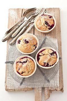 Oggi vi racconto un classico.  E' risaputo in ogni tempo e in ogni dove che imuffin ai mirtilli sono i muffin più muffin che ci siano, un evergreen che