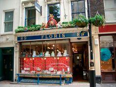 Floris es otra perfumería de lujo que tiene tienda, desde 1730, en el númerol 89 de Jermyn Street, de Londres. 280 años después la misma familia sigue operando la firma que es proveedora oficial de la Casa Real y perfumero de la Reina Isabel.
