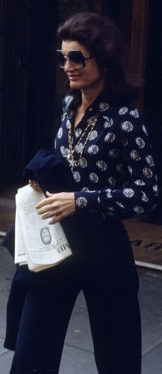 Jacqueline Kennedy Onassis with newspaper to read. London, Fourth of July, The classic Jacqueline Kennedy Onassis sunglasses style is still the last word in effortless chic. In she was hired by Viking Press to be a book editor. Jacqueline Kennedy Onassis, Estilo Jackie Kennedy, Jaqueline Kennedy, Jacqueline Kennedy Jewelry, Timeless Fashion, Vintage Fashion, Lauren Hutton, Mode Chic, Chic Chic