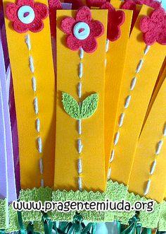 Een bloem boekenleggen: rijg een draad in karton als steel, plak een bloem en blaadjes en naai de knoop vast