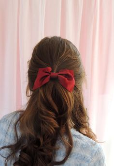 · Red Silk Satin Hair Bow Barrette Clip Mille Saisons' bows are finished by hand to attach them to the barrette clips and are perfect for simple feminine hairstyles- we love sweeping the sides of the… Feathered Hairstyles, Messy Hairstyles, Pretty Hairstyles, Red Hair Bow, Ribbon Hair Bows, Bright Red Hair, Beautiful Red Hair, Corte Y Color, Silk Hair