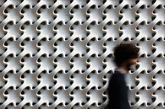 CASA COBOGÓ – projeto de Márcio Kogan / Os painéis modulares e elementos vazados são do escultor Erwin Hauer (Professor da Universidade de Yale por mais de 3 décadas, agora com mais de 80 anos, está reeditando sua série de painéis modulares) / http://www.hauscapsule.com/galleries/marcio-kogan-and-the-cobogo-house.html