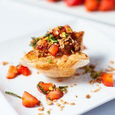 Rhabarber-Erdbeer-Duett - ein wunderhübsches Dessert aus Blätterteig, cremiger laktosefreier Füllung und raffiniert marinierten Erdbeeren. Es sieht fantastisch aus und wird deine Gäste sicher begeistern.