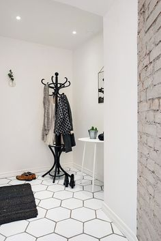 It's the first impression that counts, right? Therefore you should spice up your hallway and give that entrance a personal touch. We came up with some ideas. Link in bio! Vestibule, Modern Entryway, Entryway Decor, Entrance Lighting, Entrance Hall, Cleaning My Room, Scandinavian Interior Design, Scandinavian Style, Lobby Design