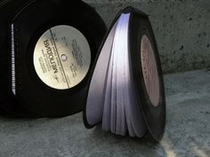 Another good idea for recycling old 45T vinyls, make writing book with them ! These ones are made by Art D'Eco Design. You can buy one here (19€).