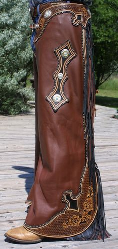 Awesome detail on these chaps! Cowboy Gear, Cowgirl And Horse, Cowgirl Chic, Cowboy And Cowgirl, Cowboy Boots, Country Outfits, Western Outfits, Western Wear, Western Riding