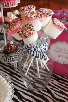Dipped Marshmallow Treats: One of the prettiest and easiest sweets you can make. Insert candy sticks into jumbo marshmallows. Melt ready to frost icing in the microwave. Dip marshmallows part way into the melted frosting and garnish with sprinkles. Marshmallow Dip, Dipped Marshmallows, Yummy Treats, Sweet Treats, Pink Treats, Paletas Chocolate, Diva Party, Sweet 16, Cake Pops