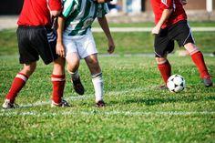 ¿Qué es soccer?. El juego de soccer (más comúnmente referido fuera de los Estados Unidos como fútbol) ha sido uno de los deportes más populares en el mundo. Con orígenes que se remontan muchos siglos, este es jugado por niños pequeños, estudiantes universitarios y profesionales. Los clubes amateurs ...