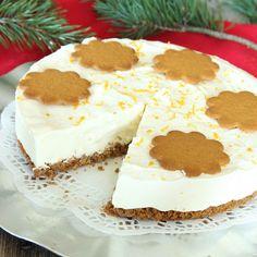 Gudomligt god cheesecake med en frasig pepparkaksbotten och en krämig, fryst fyllning med smak av vit choklad. Rivet apelsinskal på toppen är pricken över i.