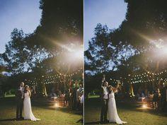 """eu as chamo de """"gambiarras""""! são as luzinhas que parecem de roça! e como eu amo!!! na época em que noivamos, eu estava totalmente perdida em relação ao casamento, como fazer, onde, que estilo, enfim, com um monte de dúvidas como é normal de qualquer noiva! pra vocês terem noção, a gente ia casar na ..."""