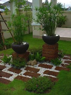 Accent with bricks and contrasting pebbles | Does someone know the plant? Thanks!