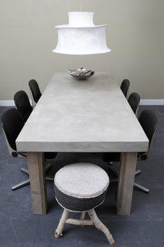 Betonlook tafel - beton cire. Betonlook tafel, afgewerkt met beton ciré, met eiken poten.