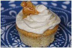 Almond-Cupcakes with vanilla frosting and almond-brittle