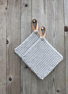 Topflappen - 2IN1 Topflappen & Topfuntersetzer - ein Designerstück von malin-a bei DaWanda Yarn Projects, Knitting Projects, Crochet Projects, Crochet Home, Knit Crochet, Crochet Potholders, Little Gifts, Leather Craft, Pot Holders