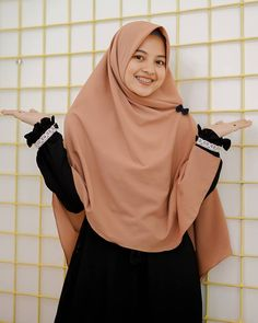 Pin Image by Hijabi Manis Hijab Wear, Casual Hijab Outfit, Ootd Hijab, Hijab Chic, Hijabi Girl, Girl Hijab, Hijab Fashion, Fashion Outfits, Womens Fashion