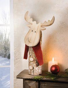 Holzstamm mit weiß gekalkter Rinde, bestetzt mit kleinen Holzscheiben als Knöpfe, Kopf aus Holz mit geflammten Kanten, eingebaute Metallfeder am Kopf für lustige Wackelfunktion, Schal aus Textil