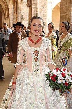 Fallera Mayor de Valencia, Espana,2014 con un traje del siglo XVIII.