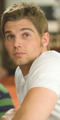"""MIKE VOGEL. 1979. b-Abington; r-Warminster (WmTennentHS). bl-bl. 5-10. Bio: Actor fr 2001; form. fashion model (Levis); TV fr 2001: Grounded 4Life (2001-04); Miami Med (2010); PanAm (2011); Bates Motel (2013-Shelby) & Under the Dome (2013-""""Barbie""""). Various films fr 2003: TX Chainsaw (2003); The Help (2011). Com: gt eye & face; hairy ch; sexy manner; 10,9,10. mar 2003-Courtney, 3g 2 pugs."""