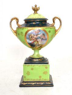 Prunk-Deckelvase auf rechteckigem Sockel stehend, runder Fuß, Wandung mit ovalem Medaillon, Szene a — Porzellan