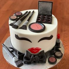 Tag a makeup lover. All edible and hand made. Makeup Birthday Cakes, 13 Birthday Cake, Birthday Cakes For Teens, Birthday Ideas, Make Up Torte, Make Up Cake, Teen Cakes, Girl Cakes, Makeup Cupcakes