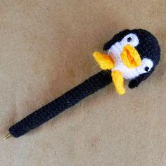 Lapicera Pingüino - Patrón Gratis en Español aquí: http://es.slideshare.net/daxarabalea/patron-lapicera-confundacrochetpinguino