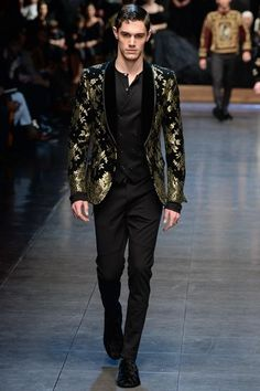 The complete Dolce Gabbana Fall 2015 Menswear fashion show now on Vogue Runway. Fashion Week, High Fashion, Fashion Show, Fashion Design, Fashion Trends, Milan Fashion, Runway Fashion, Men's Fashion, Vogue