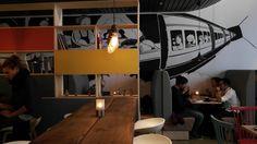 Norð – Nygata Mon favori !  Ce café sert du sucré et du salé. Idéal pour déjeuner ou pour prendre une pause gourmande. La décoration allie tables hautes en bois, dessins sur les murs, luminaires pendus au plafond, et petits objets colorés. Bref un design purement scandinave hyper chouette ! Adresse : Nygata 1.