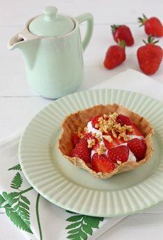 Tinkas Welt: Selbst gemachtes Joghurt-Sahne-Eis mit frischen Erdbeeren