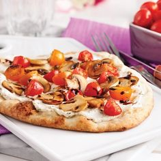 Mushroom and tomato pizzas with caramelized balsamic vinegar Pizza Express, Red Pizza, Pizza Legume, Caramel, Balsamic Vinegar, Vegetable Pizza, Camembert Cheese, Stuffed Mushrooms, Pizza