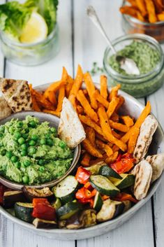Roast veg, sweet potato fries with avocado pea hummus and flatbreads -with Stron… Gebratenes Gemüse, Süßkartoffel-Pommes mit Avocado-Erbsen-Hummus und Fladenbrot – mit starken Wurzeln Healthy Snacks, Healthy Eating, Healthy Recipes, Delicious Recipes, Tasty Vegetarian, Veggie Recipes, Cooking Recipes, Recipes With Avocado, Meal Recipes