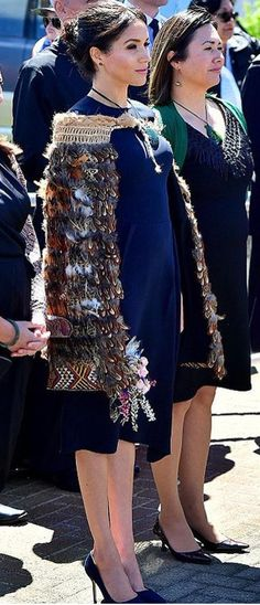 31/10-2018 Day 15. New Zealand Prince Harry and Meghan Markle have been greeted by hundreds of voices in a resounding haka on the final day of their New Zealand visit. The Duke and Duchess of Sussex were visiting Te Papaiouru Marae in Rotorua for a formal powhiri on Wednesday morning before having lunch there afterwards. The duchess was wearing a specially woven korowai representing her mana and position as a powerful woman.