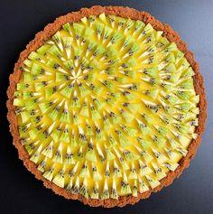 Lemon mint tart with a speculoos crust and a kiwi sunburst. Pie Crust Designs, Pie Kitchen, Pies Art, Foto E Video, Kiwi, Food Photography, Lemon, Banana, Desserts