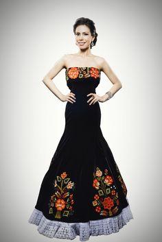 Vestido de gala negro, bordado por manos tehuanas. #embroidereddress