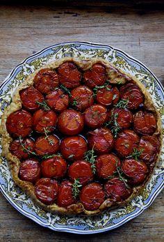 Tomato tart tatin (via Manger) Tomato Tarte Tatin, Tarte Tartin, Vegetarian Recipes, Cooking Recipes, Healthy Recipes, Great Recipes, Favorite Recipes, Dinner Recipes, Yummy Food