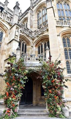 Princess Eugenie of York and Jack Brooksbank opted for an autumnal floral display by Rob Van Helden at their royal wedding compared to Prince Harry and Meghan Markle's white-themed floral display by designer Philippa Craddock. Fall Wedding Flowers, Flower Bouquet Wedding, Meghan Markle, Princesa Eugenie, Princess Eugenie Jack Brooksbank, Princess Kate, Wedding Events, Wedding Day, Wedding Ceremony