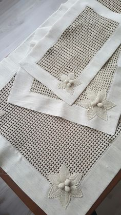 Delight yourself: The beautiful crochet details on the tablecloth - - Crochet Lace Edging, Crochet Borders, Crochet Doilies, Hand Crochet, Crochet Stitches, Free Crochet, Crochet Patterns, Crochet Table Runner, Crochet Tablecloth