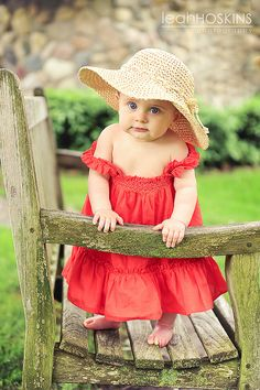 LOVE THIS LITTLE GIRL'S HAT, SO CUTE !!!! WHAT A HOOT SHE IS!!!! AND LOVE THE BARE FEET!!!!