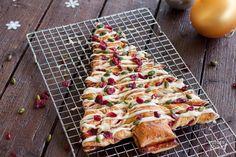 Van deze zoete bladerdeeg kerstboom wordt de hele familie blij! Leuk om met elkaar te maken, maar misschien nog wel leuker om met elkaar op te eten.