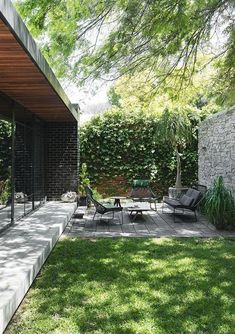 garden furniture works well in this small but perfectly formed outdoor space.Low garden furniture works well in this small but perfectly formed outdoor space. The Trés Fleek Guide To Crushing Your idea . 40 backyard landscaping ideas with minimum budget 1 Small Backyard Gardens, Backyard Patio Designs, Small Backyard Landscaping, Outdoor Gardens, Landscaping Ideas, Small Backyard Design, Modern Gardens, Patio Ideas, Vertical Gardens