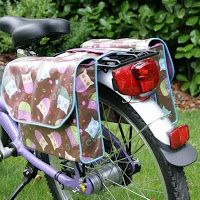 Lookie what she made: Messenger style saddle bags for a child's bike Bike Saddle Bags, Bike Bag, Bag Patterns To Sew, Sewing Patterns, Pochette Portable, Bicycle Panniers, Diy Sac, Diy Accessoires, Diy Bags Purses