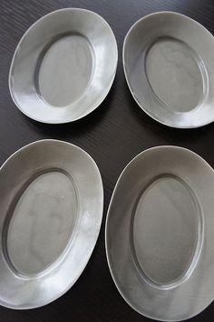 井山三希子 グレー Cafe Idea, Ceramic Tableware, Japanese Pottery, Sculpting, Cups, Plates, Ceramics, Dishes, Grey