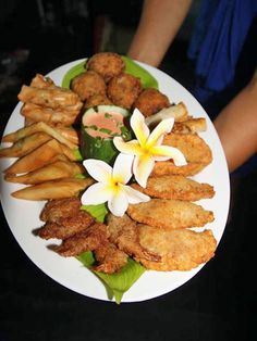 Whether you want to sample seafood, a taste of traditional Samoan foods or a slice of pacific pizza we've got the best places to eat in Samoa. Spanish Tapas, Spanish Food, Samoan Food, Polynesian Food, Antipasto Platter, Best Places To Eat, Canapes, Food Plating, Seafood Recipes