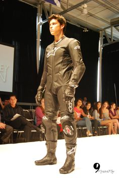 Motorcycle Suit, Motorcycle Leather, Classic Motorcycle, Motorcycle Jackets, Leather Fashion, Mens Fashion, Bike Leathers, Biker Boys, Leder Outfits