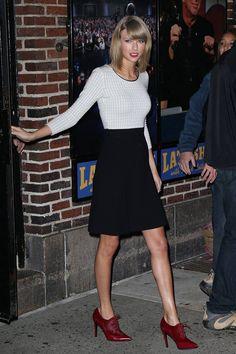 Taylor Swift. El primero de los looks ganadores de Taylor Swift pertenece a Oscar de la Renta y está compuesto por un top blanco de cuadros calados, una falda negra por encima de las rodillas y unos botines con cordones de charol y pelo en color burdeos y punta fina. Así acudió al programa de David Letterman para promocionar su álbum 1989.