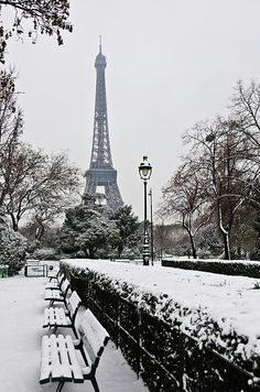 Snow Carpets Benches And Eiffel Tower. There's just something about the Eiffel Tower and Paris. Paris Winter, Christmas In Paris, Paris Snow, France Winter, Winter Sky, Winter Time, Christmas Art, Xmas, Paris France