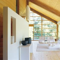 check out the thick timbers that make the wall. i love wood interiors, interior windows, and glass walls. this house has 'em all. Un salon à la simplicité nordique